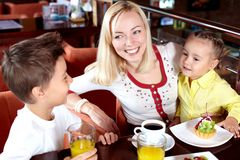 Famille en café Photos stock