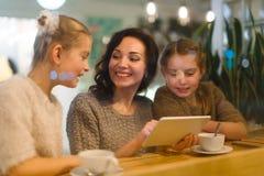 Famille en café Images libres de droits