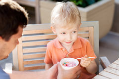 Famille en café extérieur Photo libre de droits