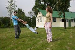 Famille en cour Photo libre de droits