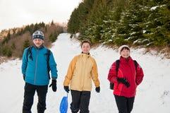 Famille en hiver marchant ensemble dans la neige Photo libre de droits