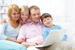 Famille en ligne Photographie stock libre de droits