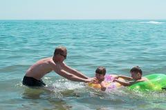 Famille en mer Photos libres de droits