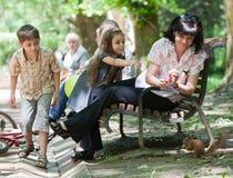 Famille en parc Photographie stock libre de droits