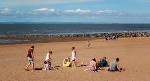 Famille en plage dans Minehead Images stock