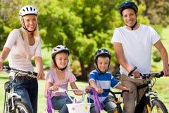 Famille en stationnement avec leurs vélos Photo stock