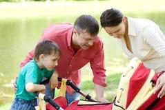 Famille en stationnement d'été Photographie stock libre de droits