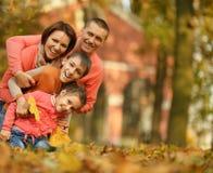 Famille en stationnement d'automne Photographie stock libre de droits