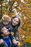 Famille en stationnement d'automne Photos stock