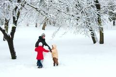 Famille en stationnement de l'hiver Photo libre de droits