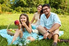 Famille en stationnement Jeunes parents heureux et enfant détendant dehors Photographie stock