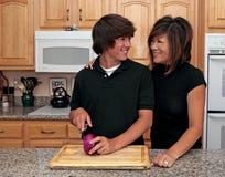 Famille en temps partagé tout en faisant cuire ensemble Photo stock