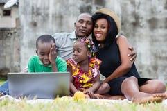 Famille en vacances avec des enfants au parc image stock