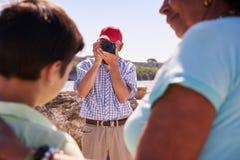 Famille en vacances en photo de prise de touristes de grand-papa du Cuba Images stock