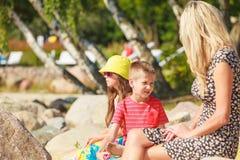 Famille en voyage d'été Image stock