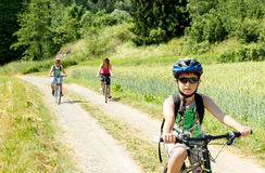 Famille en voyage de bicyclette Images stock