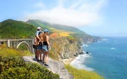 Famille en voyage de hausse regardant la belle vue Photo stock