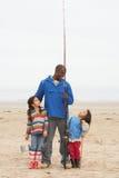 Famille en voyage de pêche de plage Photographie stock