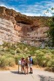 Famille en voyage de visite touristique explorant le monument national de château de Montezuma Photos libres de droits