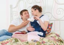 Famille enceinte avec l'argent. Budget de famille. Images stock