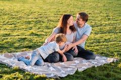 Famille enceinte heureuse du nouveau bébé trois de attente Photo libre de droits