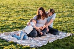Famille enceinte heureuse du nouveau bébé trois de attente Photographie stock libre de droits