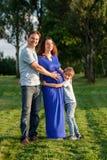 Famille enceinte heureuse du nouveau bébé trois de attente Photo stock