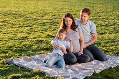Famille enceinte heureuse du nouveau bébé trois de attente Images stock