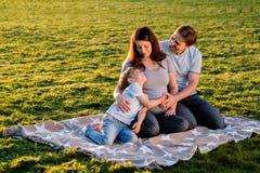 Famille enceinte heureuse du nouveau bébé trois de attente Image libre de droits