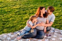 Famille enceinte heureuse du nouveau bébé trois de attente Image stock
