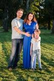 Famille enceinte heureuse du nouveau bébé trois de attente Images libres de droits