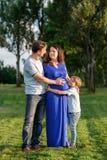 Famille enceinte heureuse du nouveau bébé trois de attente Photos stock