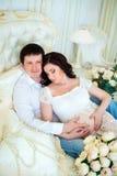Famille enceinte : la naissance du bébé de attente de mari et d'épouse Image stock