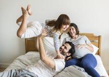 Famille enceinte passant le temps ensemble photos stock