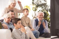 Famille encourageant une équipe Photographie stock libre de droits