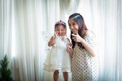 Famille, enfant et concept à la maison - parents de sourire et petite fille Photo stock