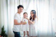 Famille, enfants, éducation, école et concept heureux de personnes - h Photos stock