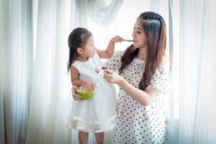 Famille, enfants, éducation, école et concept heureux de personnes - h Photographie stock