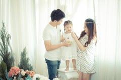 Famille, enfants, éducation, école et concept heureux de personnes - h Photo stock