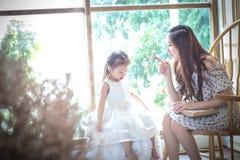 Famille, enfants, éducation, école et concept heureux de personnes - h Image stock