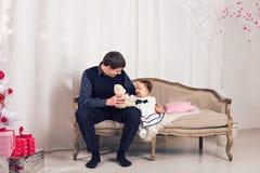 Famille, enfants, Noël, Noël, concept d'amour - père heureux avec la fille adorable de bébé près de l'arbre de Noël Photos libres de droits