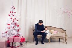 Famille, enfants, Noël, Noël, concept d'amour - père heureux avec la fille adorable de bébé près de l'arbre de Noël Images stock