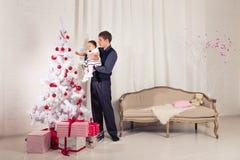 Famille, enfants, Noël, Noël, concept d'amour - père heureux avec la fille adorable de bébé près de l'arbre de Noël Image stock