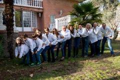 Famille entière célébrant une partie photos libres de droits