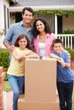 Famille entrant dans la nouvelle maison Photo libre de droits