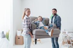 Famille entrant dans une maison neuve photos libres de droits