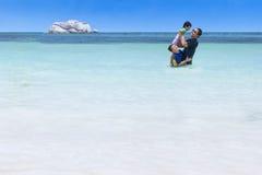 Famille espiègle sur la plage Image stock