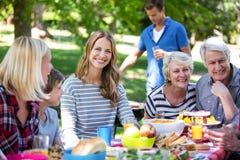 Famille et amis ayant un pique-nique avec le barbecue Image stock