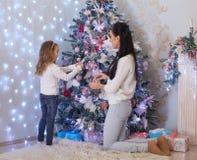 Famille et arbre de Noël heureux Photographie stock libre de droits