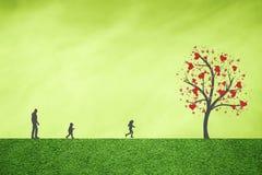 Famille et arbre heureux des coeurs d'amour Photos libres de droits
